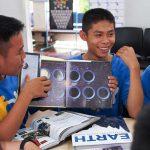 ฟลุค (ซ้าย) กับ เต้ย (ขวา) และหนังสือเรื่อง 13 Planets