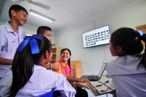 นักเรียนในโครงกรทำงานวิจัยและสร้างสื่อเพื่อบอกเล่าการค้นพบในห้องเรียนแห่งอนาคต