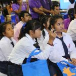 นักเรียนให้ความสนใจการแสดงบนเวที